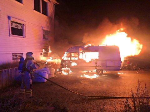 STO I FULL FYR: En bobil fikk overtenning på Tolvsrød 21. august. Politiet mistenker at denne, og flere andre branner i området, er påsatt og ber nå om tips.
