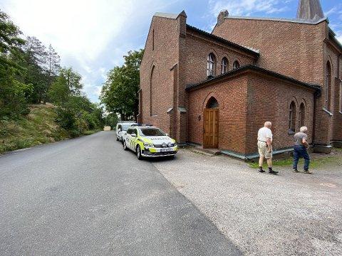INNBRUDD: Her undersøker politiet innbruddet i Stokke kirke 8. august.