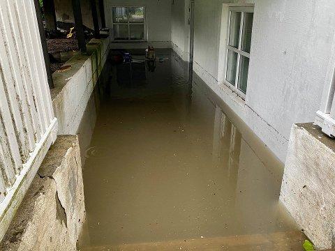 Slik så det ut ved en bolig i Larvik etter styrtregnet fredag forrige uke.
