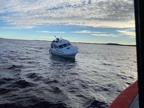PÅ GRUNN: En fritidsbåt av typen Saga 29 sto dønn fast på en grunne.