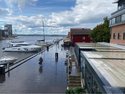 Tønsberg fikk noen kraftige regnskyll mandag ettermiddag. Det var i hvert fall nok til å rydde Brygga.