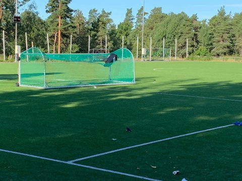 SKADEVERK: Tirsdag morgen ble det oppdaget at noen har kastet søppelkasser opp i fotballmålet.