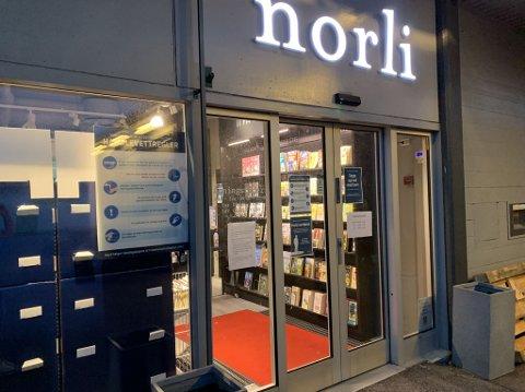 STENGT: Bokhandelen har stengt dørene på Tolvsrød etter at en ansatt fikk påvist koronasmitte.