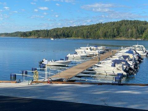 NYTT: Kommunen har ordnet på land, båtforeningen på brygga. Nå kan Hella  båthavn juble for nytt anlegg.