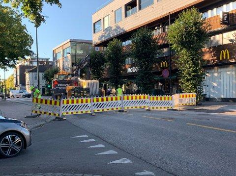 STENGT: Sperringer er satt opp ved McDonalds. Her vil veien være stengt fram til 06.00 torsdag morgen.