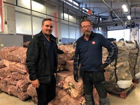 POSITIVT TILTAK: Prosjektleder Geir Olav Nybo og medarbeider Arnt Inge Sveen fra Frelsesarmeen selger bjørkeved. Geir Olav mener salget er et godt sosialt tiltak og har ansatt flere.