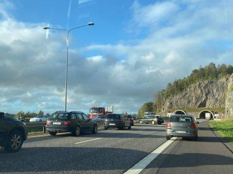 SNUS: Hemtunnelen på E18 er stengt på grunn av en ulykke. Bilene ledes i sørgående retning sør for tunnelen.