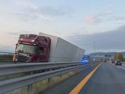 KJØRTE UT: Lastebilen kjørte av veien ved Kjellstad i Lier. Foto: Ine-Elise Høiby