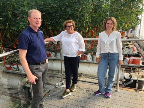 OMVISNING: Statsråd Olaug Bollestad i veksthuset med politikerne Erlend Larsen (H) og Lina Bringsli (Krf)
