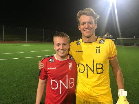 STØRSTEMANN: FK Eik Tønsberg-keeper Mads Semb Christophersen (til høyre) tar et godt tak rundt kampens store spiller, Oliver Nordahl.