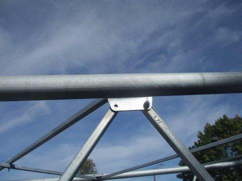 FARLIG: Her ser man hvordan én av boltene på masten er fjernet. På den nye 5G-masta som skulle settes opp i Tønsberg hadde noen fjernet hele 80 bolter.