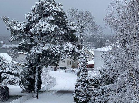 SNØ: Det snør, det snør... Og den blir trolig liggende en stund.
