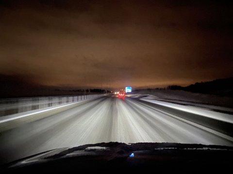 MØRKT: Det var mørkt på langs en strekning på E18 mellom Horten og Holmestrand mandag ettermiddag.