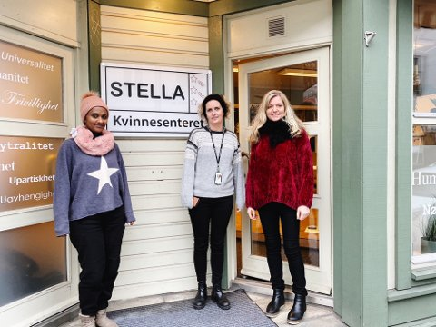 STENGER SNART: Innen påsken kommer, kan det være kroken på døra for Stella Kvinnesenter. En trist dag for brukere, Martine Seth (midten) og frivillige som Bodil Vad Flaaten.