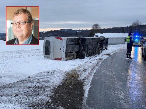 VELTET: Skolebussen på vei til Revetal ungdomsskole kjørte ut på glatta og veltet. På bildet: Åge-Christoffer Lundeby i Vy.