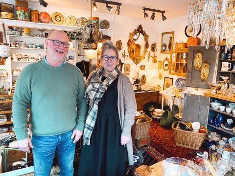 HOBBY: Ekteparet Marianne Ellefsen og Roger Laksekjøn har samlet på antikke gjenstander i en årrekke. For et år siden ble hobbyen til butikk.