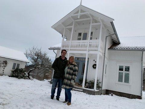NY START: Etter å ha overtatt eiendommen sommeren 2018 har nå Aleksander Larsen og Elin Frette endelig flyttet inn på gården. I et hus som har gjennomgått en ekstrem forvandling, utenom det vanlige.