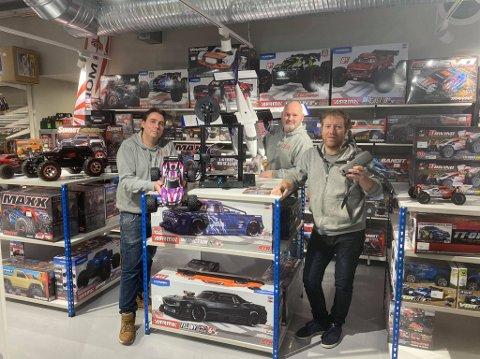 BILKROKEN: Mange kjøper seg RC-bil og kommer seg ut, konstaterer Chriss Olaussen (fra venstre), Geir I. Widerøe og Thor-Erik Brudvik.