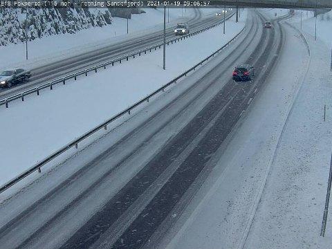 SNØDEKTE VEIER: Slik ser det ut på E18 mellom Tønsberg og Sandefjord tirsdag formiddag.