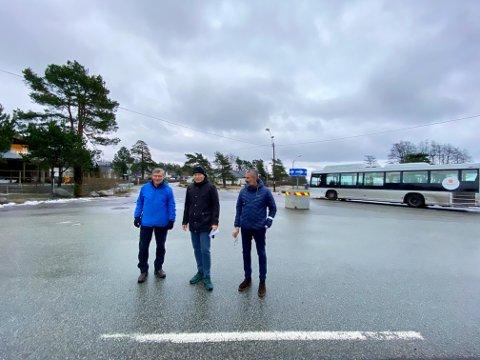 FRYKTER: Rolf Sikveland (fra venstre), Jan Henrik Mørkved og Petter Asheim mottok et nabovarsel fra fylkeskommunen om at rundkjøringen kan bli værende, nå frykter de fremtidsplanene for området.
