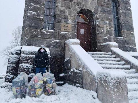 MINDRE Å PLUKKE: Medlemmene i Ahmadiyya-muslimsk trossamfund Tønsberg ryddet opp etter nyttårsfesten på Slottsfjellet. I år var det mindre å plukke enn tidligere.