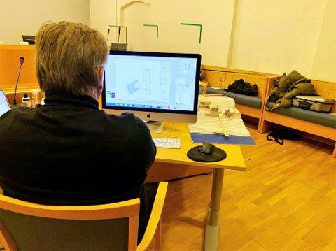 I VITNEBOKSEN: Slik gjennomførte Rune Breili sin frie forklaring onsdag ettermiddag. Han ønsket å rekonstruere hvor mye tid som egentlig ble brukt på tegningene av eneboligen til Harald Svendsen.