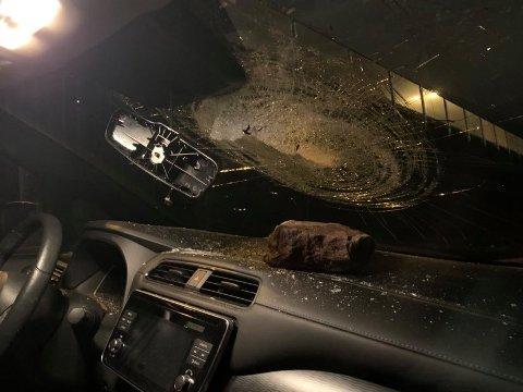 Bilen John (25 og søsteren satt i ble søndag kveld truffet av en stein. Tolv bilder ble truffet på motorveien.