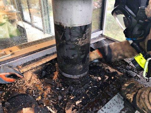 2. november 2020: Brannvesenet fikk melding om mulig pipebrann på ei hytte på Tjøme. - Det var ingen tradisjonell pipebrann, men derimot en ulmebrann i toppen av omrammingen, i boksen, der ildstedet og stålpipa er koblet sammen utvendig. Vi skar opp og fjernet forkullede rester med varme. Det var bra at vedkommende som var på hytta reagerte og tok kontakt, sa brannmester Arne Steinbo.