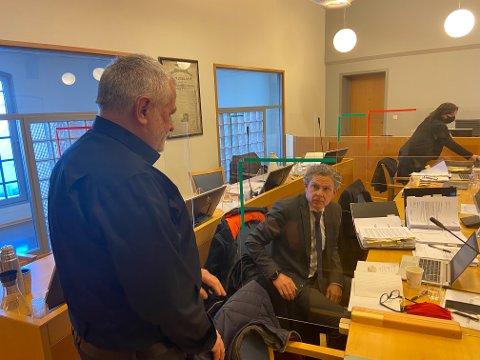 I PAUSEN: Harald Svendsen (til venstre) i samtalen med sin advokat Knut H. Strømme i pausen under rettsakens femte dag.