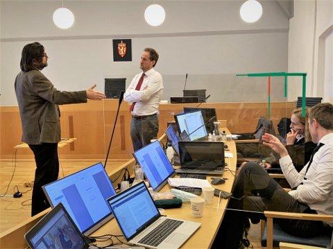 DISKUSJON: Hans Petter Abrahamsens forsvarer, Bård B. hauger, i prat med førstestatsadvokat Esben Kyhring. Til Høyre sitter statsadvokat Maria Bache Dahl og politiførstebetjent Jon Atle Georgsen.