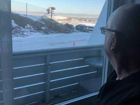 UTSIKT OVER ISEN: Hver dag kan Olaf Mathiassen i vinterhalvåret se mennesker bevege seg ut på isen på Vear.