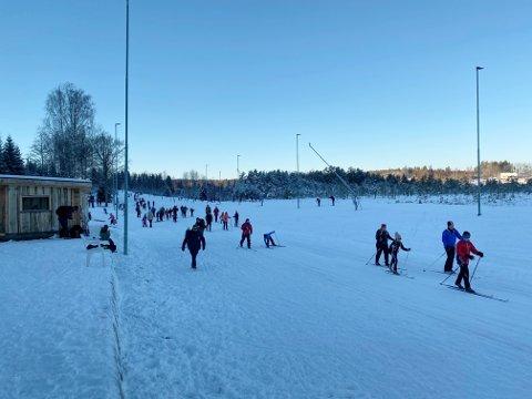 FOLKSOMT: Blå himmel og kuldegrader bød på drømmeforhold i løypene, og folk strømmet til Storås skianlegg denne søndagen. Tom Horntvedt tror 300 biler har vært innom.