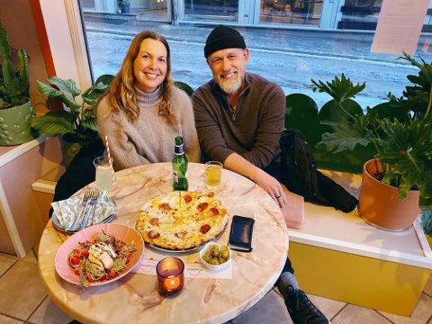 STØTTER OPP: Nadia Heggedal og Tore Hjellset er stamgjester på Plassen. Nå mener de det er viktigere enn noen gang å støtte byens restauranter med en tur ut.