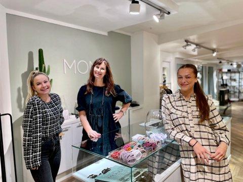 STOR PÅGANG: (f. v) Julia Lubomska, Else Merete Kolkinn Myhre og Nora Elstrøm merker at motetrenden Y2K er blitt populær.
