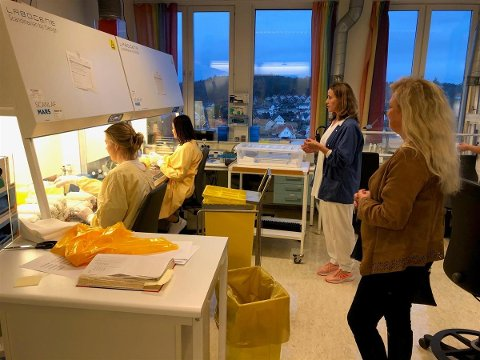 Det er laboratoriet ved Sykehuset i Vestfold som nå skal avdekke lokale muterte virusvarianter. Her fra et tidligere besøk av Tønsberg-ordfører Anne Rygh Pedersen.