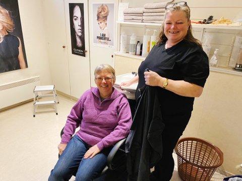 ÅPENT IGJEN: Tone Patrick (til venstre) jubler over å ha fått med Frida-Helen Svendsen som frisør i salongen.