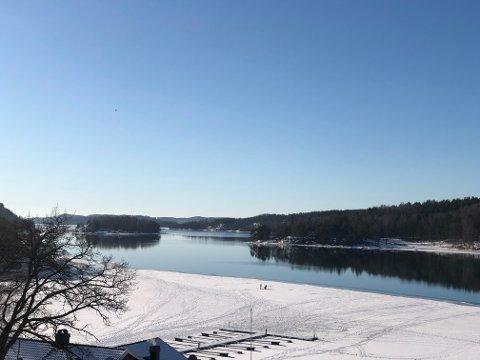 FOLK PÅ ISEN: Isvett og sikkerhet er viktig for å kunne ferdes trygt på vannene vinterstid.