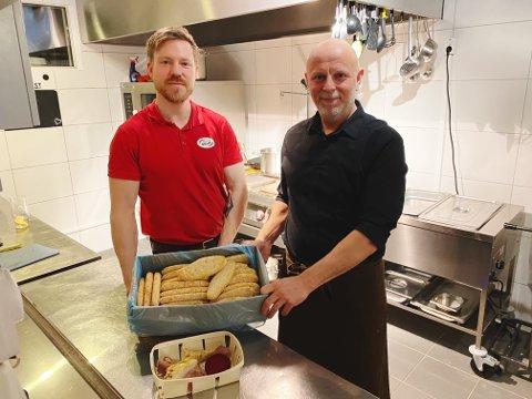 NYTT LIV: Hver uke går Rune Studsrød (til høyre) på handletur i butikken til Benjamin Havre, og ut fra sortimentet han finner, lager han ukens rett til kafeen sin.