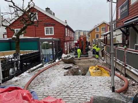 TAR TID: Siden august har den lille gatestubben som starter mellom Esmeralda og Habour - og går opp til Nedre Langgate vært stengt, grunnet oppgraderingsarbeid. Nå byr vinterkulda på utfordringer.