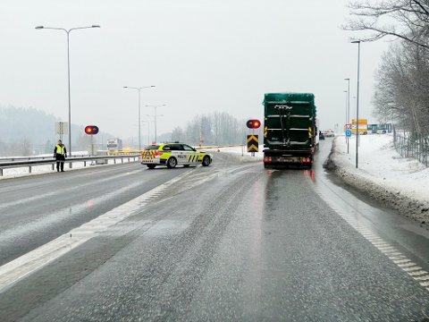E18 ble stengt i forbindelse med ulykken.