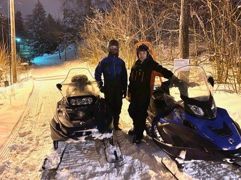I LØYPA: William Gundersen hjelper pappa Morten Gundersen med å lage skispor i nysnøen.