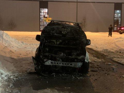 STORE SKADER: Bilen fikk store skader i brannen.