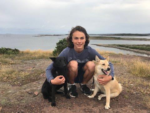 STARTET UNG: Allerede som tiendeklassing, startet Endre Gusfre Ims (18) med oppdrett av Norsk buhund helt selv. Kunnskapen om oppdrett fikk han av sin farfar.