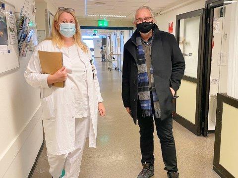 ERFARINGER: Stortingsrepresentant for Vestfold, Carl-Erik Grimstad (V), fikk høre hvordan ansatte ved Sykehuset i Vestfold har opplevd situasjonen det siste året. Til venstre står seksjonsleder Monica Hofer Hagen ved kirurgisk post 7AB ortopedi, øre-nese-hals og øye ved Sykehuset i Vestfold.