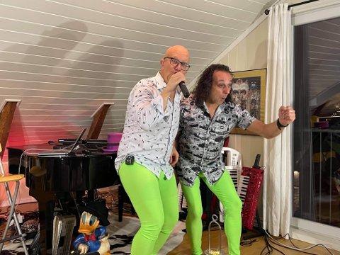 OPTIMIST: Glenn Main Henriksen og Kenneth Hartmann Dahl tok på seg grønne strømpebukser og sang Optimist til inntekt for Teigen-museet.