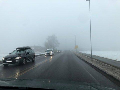 DÅRLIG SIKT: Mandagsværet preger bilveiene med dårlig sikt.