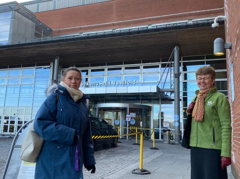 FLERE: Jordmor Ann Hilde Gran og Sp-politiker Kathrine Kleveland er bekymret for situasjonen på føde- og barsel på sykehuset. Nå ber de om flere jordmødre.