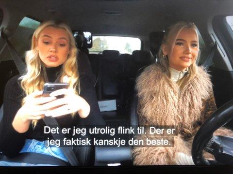 ØVELSEKJØRER: Emma Ellingsen øvelseskjører med søsteren sin mens søsteren sitter på mobilen.