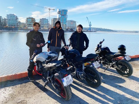PÅ VEIEN IGJEN: Pio Surasak Prathombut (16), Navjit Singh (16) og Åge Johansen (17) nyter at snøen er borte fra veiene og at de kan kjøre igjen.