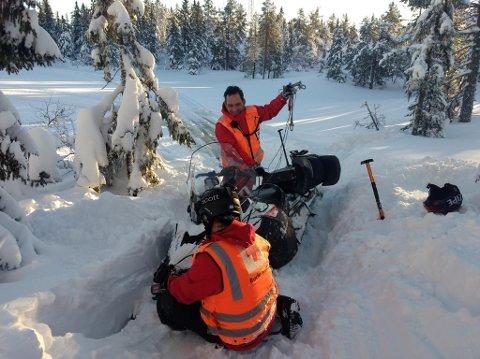 """Røde Kors-gjengen bruker mye tid på øving. Her har Didrik Krager og Svein-Frode Karlson """"kjørt seg fast"""" og trener på bruk av vinsj for å få opp scooteren."""